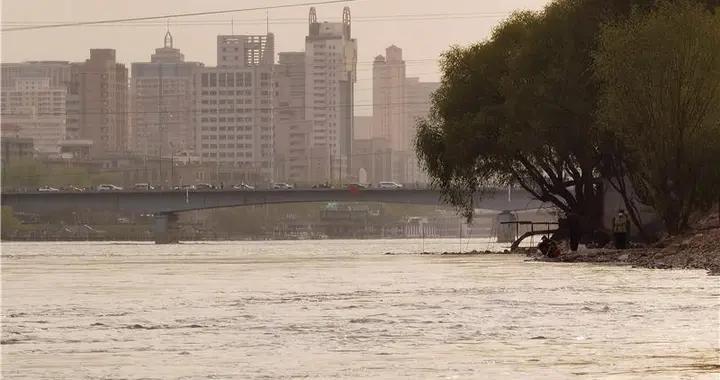 黄河兰州段进入汛期 市民游玩需谨慎