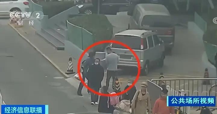 男子光天化日抢夺孩子 面对警察讯问:我有神经病