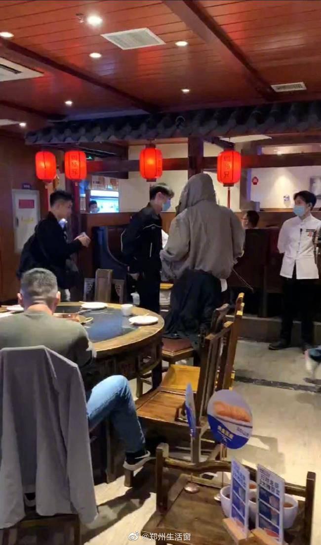 李荣浩又双叒叕带朋友去吃重庆火锅了