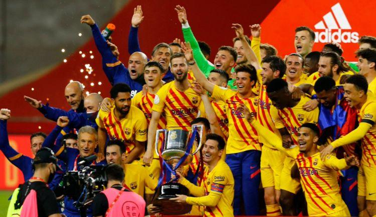 梅西高举奖杯再创纪录:冠军数拉开与C罗差距,平历史第2