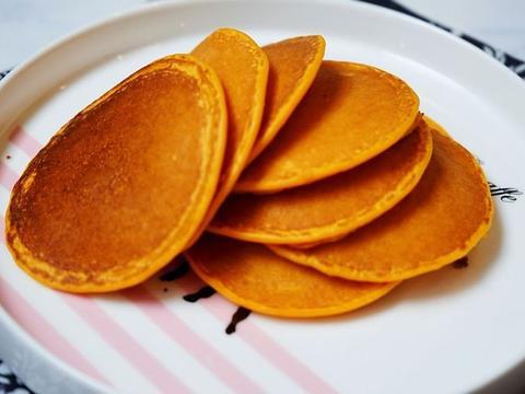 南瓜味道的松饼,用面粉搅一搅,平底锅一煎,美味就出锅了
