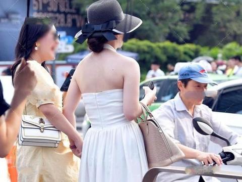 """女士优雅高级的穿搭,简单并不复杂,""""一条裙子""""穿出效果太美了"""