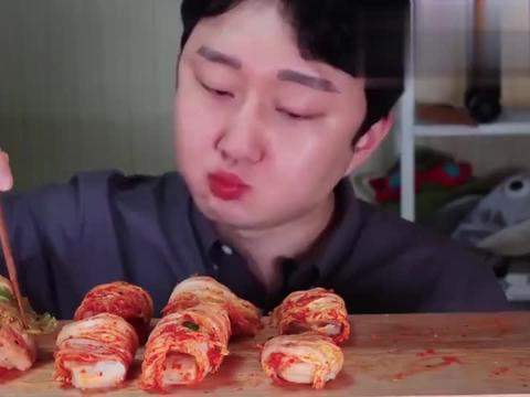 韩国小哥吃泡菜卷肉,这眉毛真是可以用四四方方来形容了