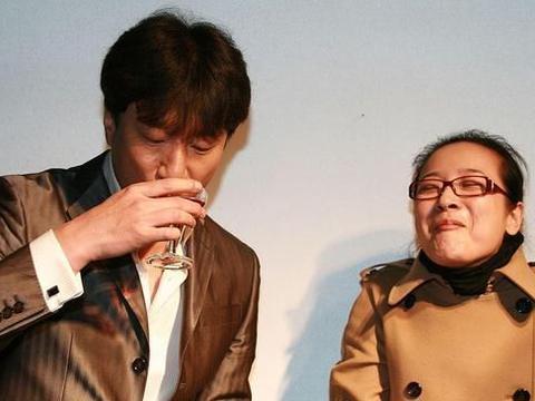 """陈小艺真有""""教导主任""""的气质,穿大衣戴个小眼镜,还挺文雅的"""