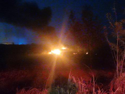 信阳一养殖场夜晚突发着火,消防员紧急扑救!
