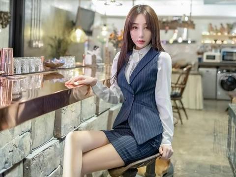 条纹套装显高显瘦还很有气质,搭配一双精致高跟鞋既耐看又高级