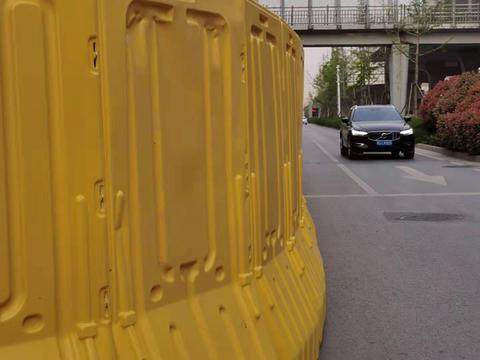 郑州南三环南北两侧同时开始围挡 非机动车道一路难求