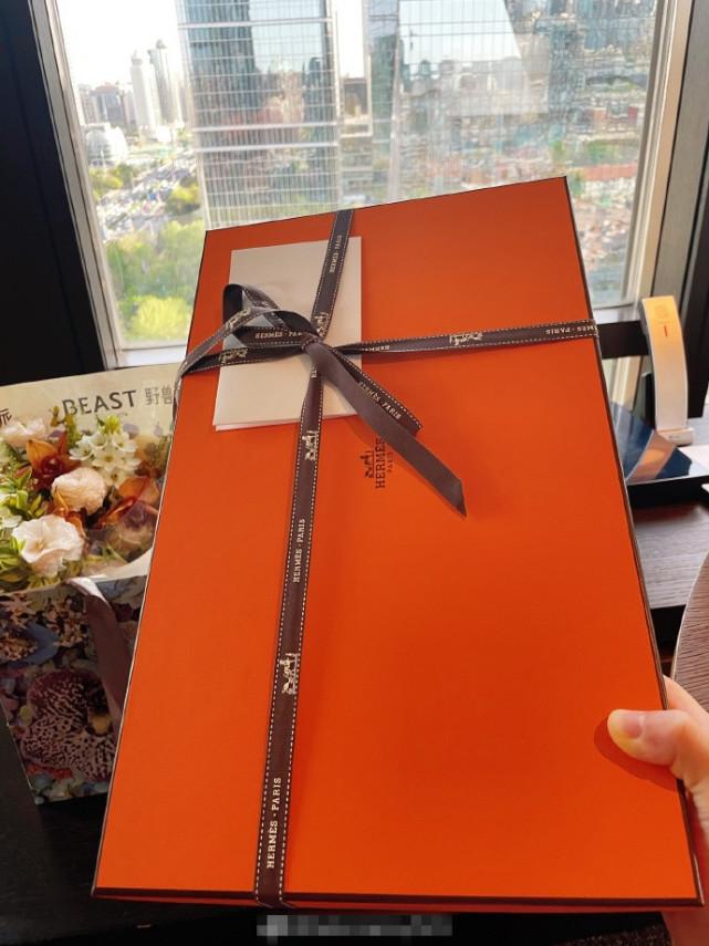 王灿被曝生产后,获老公杜淳送奢侈品礼物安慰,直言一天都开心