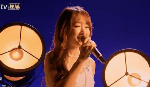 杨钰莹爱说四字成语获奖,在浪姐2中精致迷人,小香风外套优雅