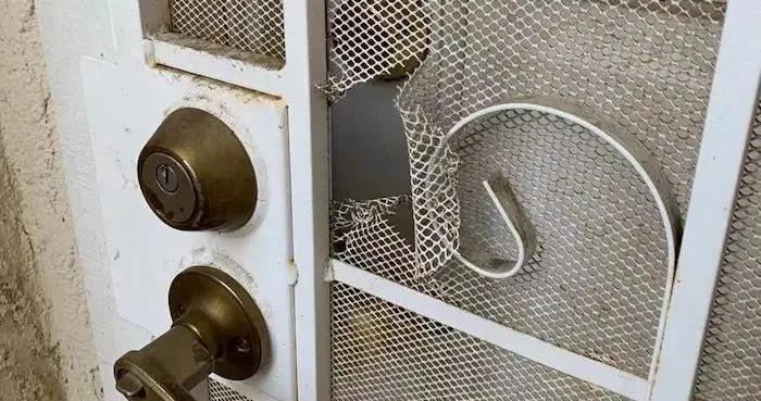 破门撬锁做一半 踩点还是恐吓?