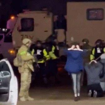 美国街头骇人一幕:多名女子被警卫队用枪指头跪成一排