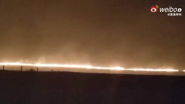蒙古国草原大火蔓延至中国境内,现场火光冲天当地消防连夜扑救