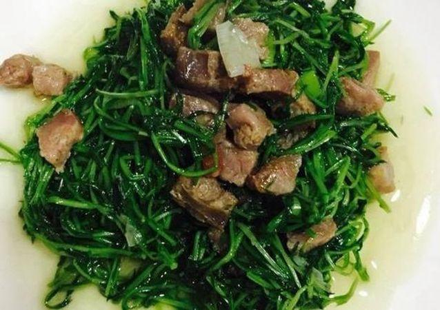 美食:松柳苗炒腊肠,小炒牛肉条,黑木耳炒冬笋,椒炒鸡胗