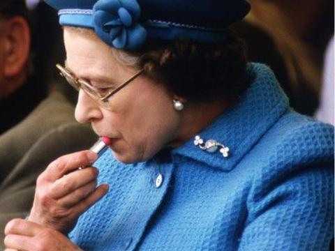95岁伊丽莎白又独自开车,素颜戴印花丝巾气场足,不涂红唇也美丽