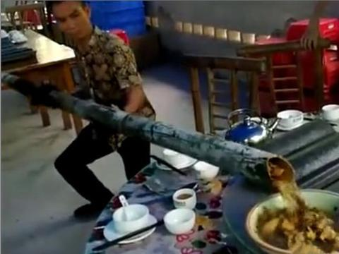 男子游玩过程中在店中吃饭,催单没人理,店家拿着竹棍上菜
