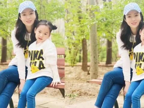 董璇与女儿穿亲子装出游小酒窝长高了不少