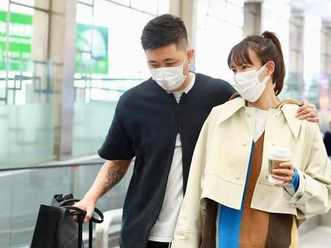 """42岁李艾携老公走机场,""""勾肩搭背""""笑成眯眯眼,齐刘海更减龄"""