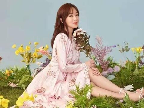 被杨紫惊艳到了,穿粉色V领长裙曲线迷人,网友:人比花娇