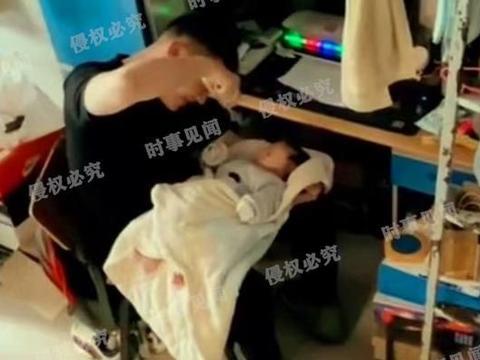 """河南一学生带孩子返校,室友们成了""""干爸""""集体哄娃"""
