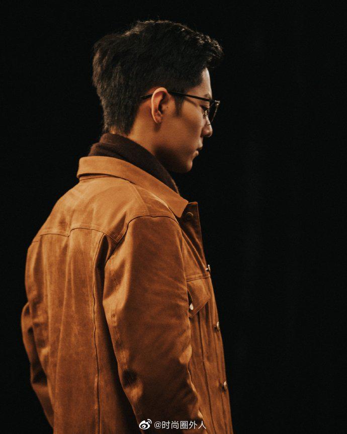 《如梦之梦》彩排花絮照,戴黑框眼镜的肖战是文艺男青年啊