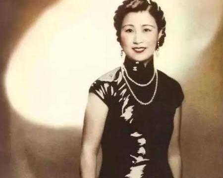 """她活了112岁,把日子过成诗,晚年戴的翡翠耳环都书写""""长寿"""""""