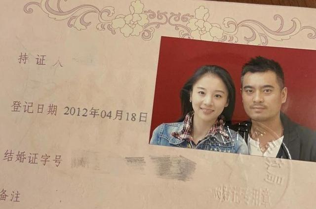 陈龙妻子晒结婚证秀恩爱,九年婚姻甜蜜如初,中性风打扮穿衣逛街