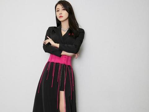 解锁黑色西服裙新穿法,红色腰封太抢镜