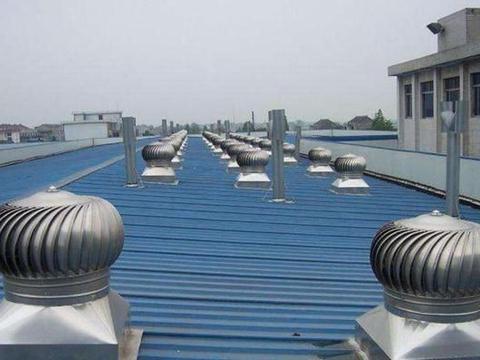 厂房屋顶上的圆形金属球,看似摆设实则有大用,关键不耗电
