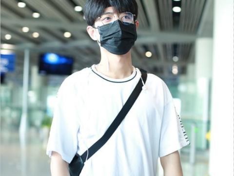 肖战即使戴口罩也挺帅,白T配黑裤挺清爽,打扮得真像邻家大男孩
