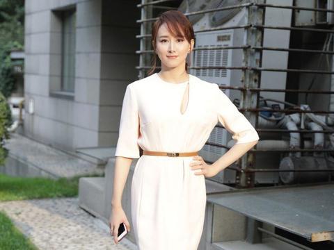 43岁胡静气质真好,白色西服套装优雅大气,皱纹丝毫不影响她的美
