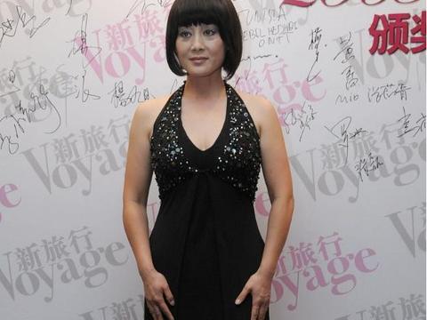 王姬的饱满身材60后都想要,穿黑色挂脖连衣裙优雅精致,高贵华丽