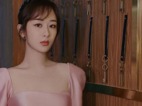 杨紫穿粉色束腰裙优雅尽显,细腰盈盈身材超赞,天鹅颈锁骨绝美