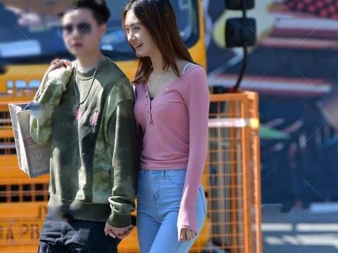 粉色针织大V领短衫搭配浅色牛仔裤,长相甜美女性适合温柔的穿搭