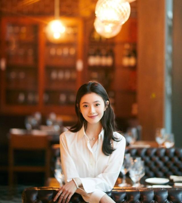 """""""谋女郎""""刘浩存穿白衬衫配白裙,淡雅又漂亮大方,年轻就是好"""