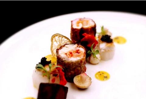 富贵中国结、香橙汁酥皮海鲈鱼、咖喱藕饼虾