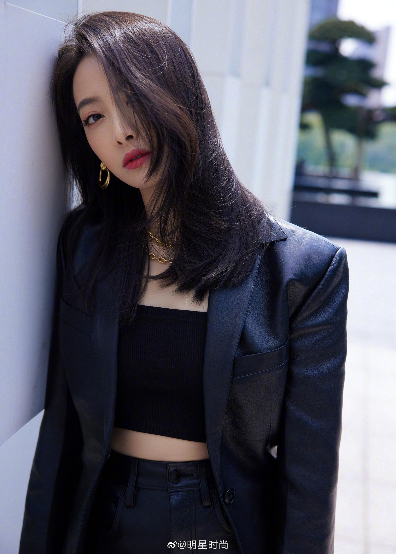 宋茜今日份造型,黑色皮西服搭配黑色抹胸又A又飒……