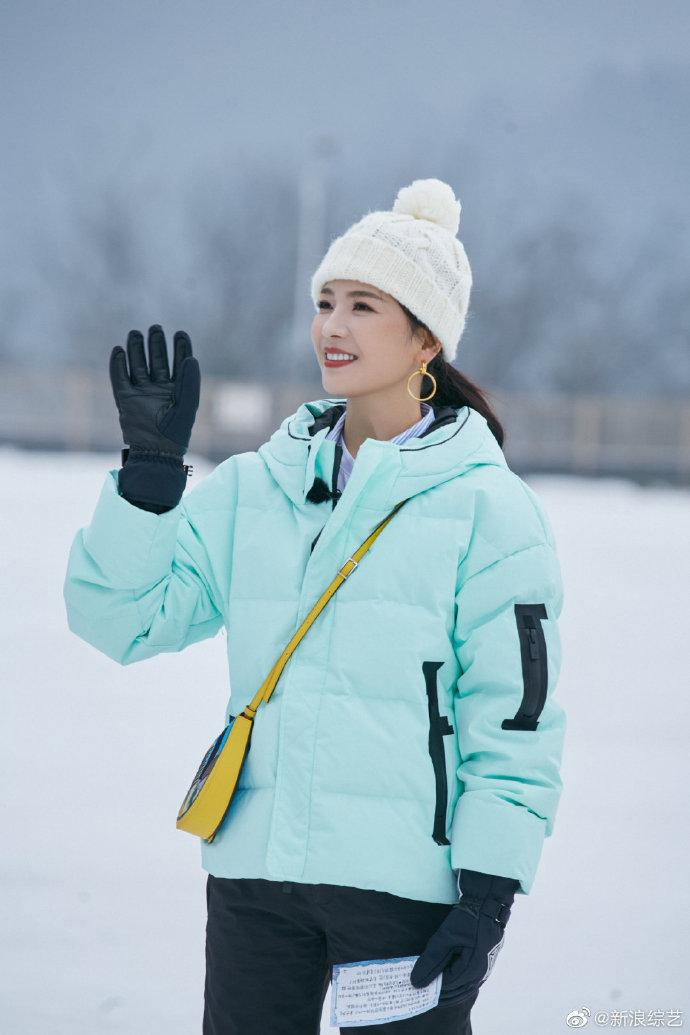 刘涛薄荷绿滑雪服搭配白色针织帽清新动人……