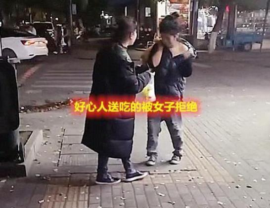 浙江一流浪女街头捡垃圾,路人送吃的却被拒绝,肚子凸起疑似怀孕