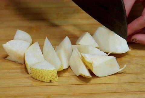 大厨教你做一道玉米面甜梨鸡蛋糕,松软香甜,营养美味