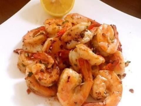 美食精选:蒜香黑椒虾、大虾炒秋葵、炒蒜黄、鸡丝炒金针菇