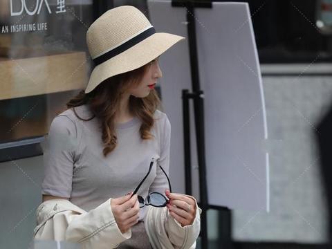 黄色草帽能防晒也能作为配饰,白色风衣还能抵制风的突袭