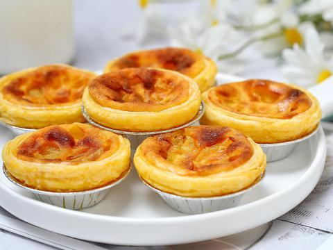 做蛋挞加入黄桃果肉,外皮酥脆内馅香滑,孩子说比外面卖的好吃!