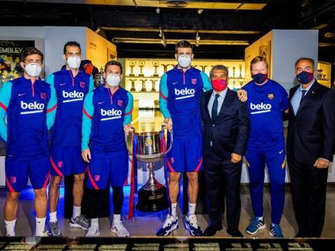 梅西与科曼、拉波尔塔共同将国王杯奖杯放入巴萨博物馆