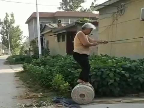 高手在农村!70岁的老奶奶家门口干农活!简直像是演杂技!