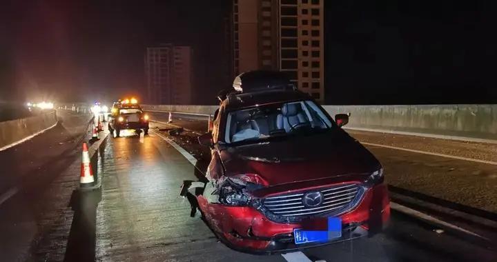 """高速公路匝道""""对狙"""",原是小车逆行惹祸"""
