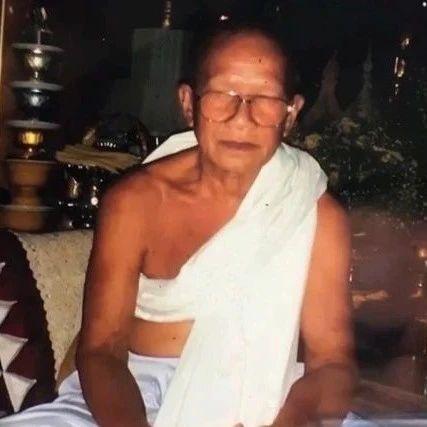 泰国一僧人在生日当天砍下自己的头颅献祭