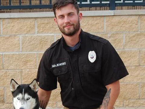 流浪狗收容所发布收养信息,结果出镜的志愿者帅哥比狗狗更受关注