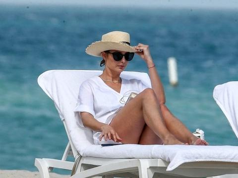 伊万卡的度假生活真悠闲,穿小白裙知性大方,身姿挺拔美腿成焦点