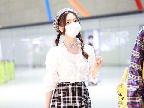 杨超越的双马尾俏皮又可爱,配娃娃衫好清纯,说是高中生也不过分