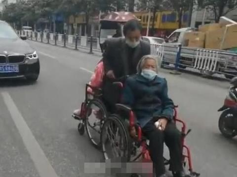 信阳男子前推后拖两张轮椅,独自带着84岁老母和病妻去医院做透析